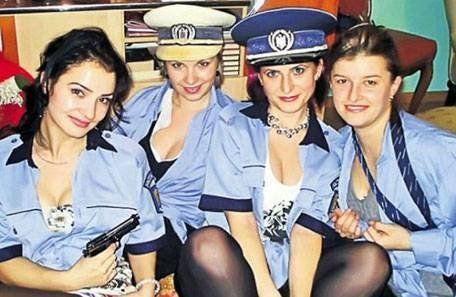 Por esta foto pícara suspendieron a dos policías
