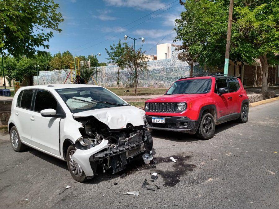Dos autos chocaron en una esquina donde levantan velocidad