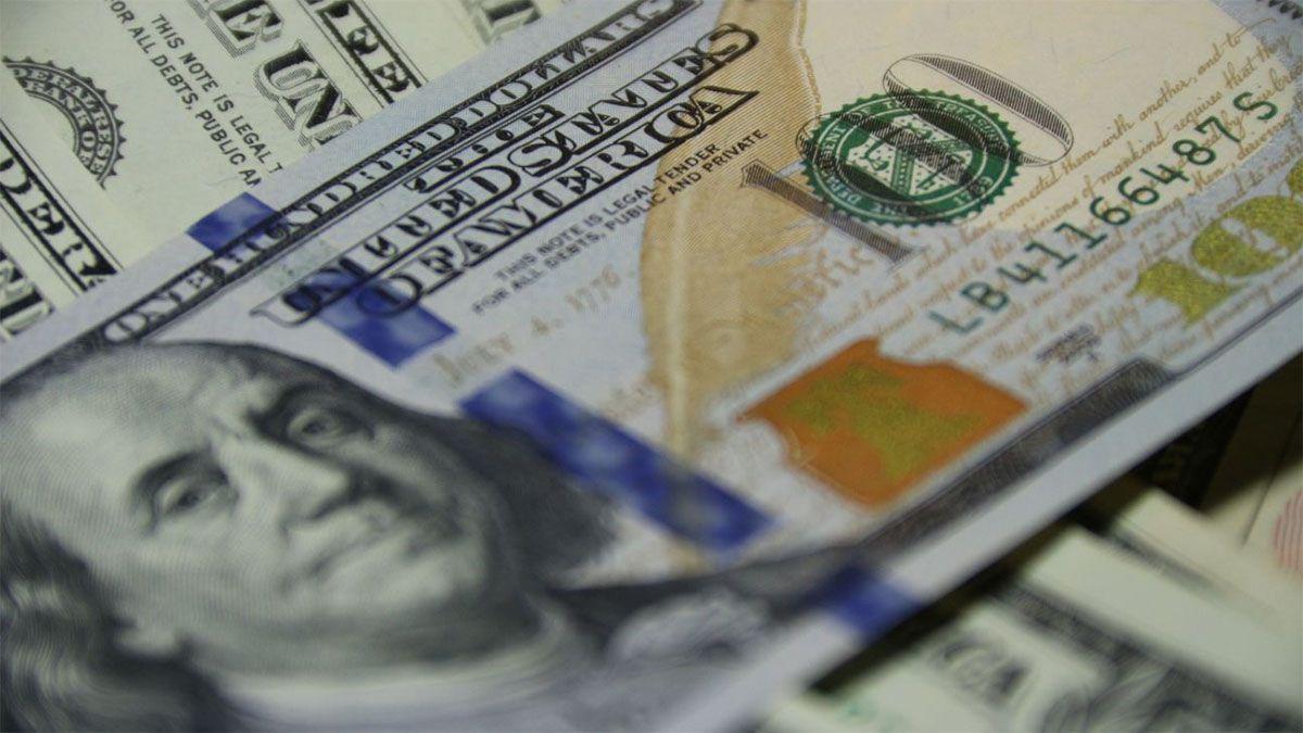 El dólar oficial cerró en alza a $98