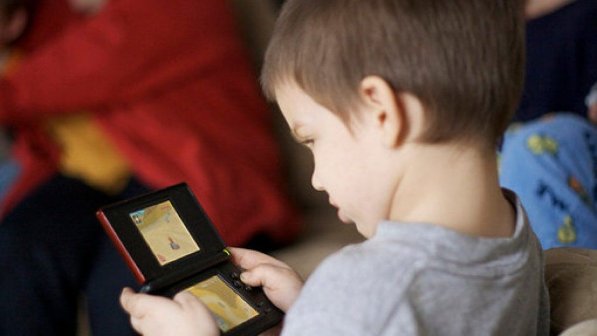 Aumentaron los casos de miopía funcional en niños por el uso del celular