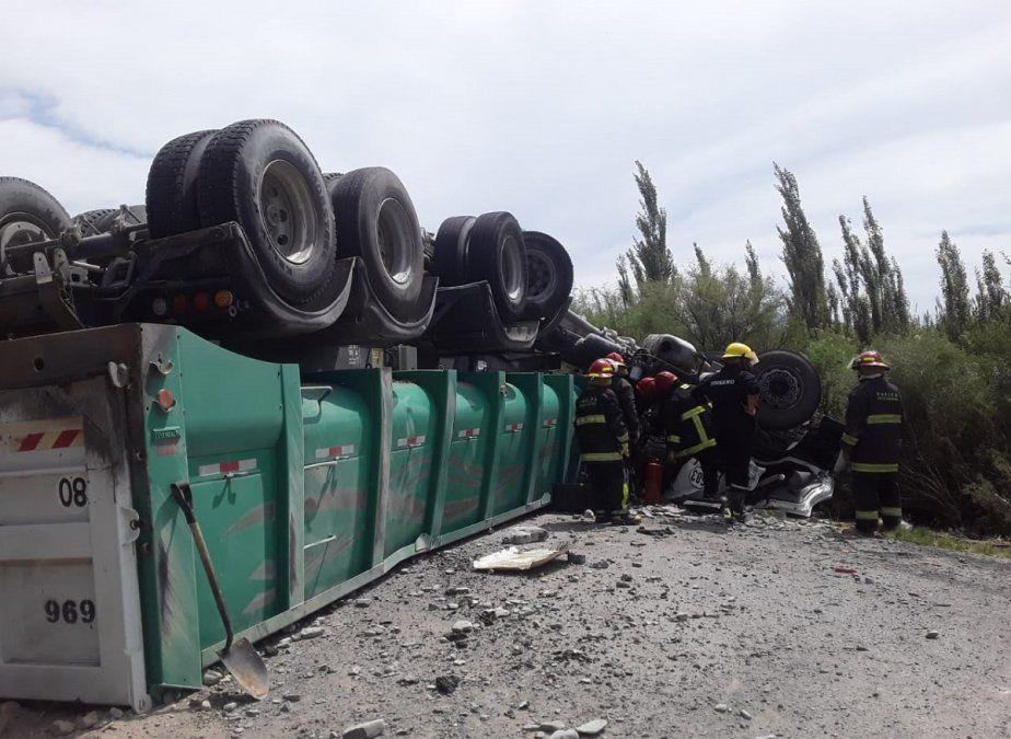 Identificaron al camionero que volcó y murió en Sarmiento
