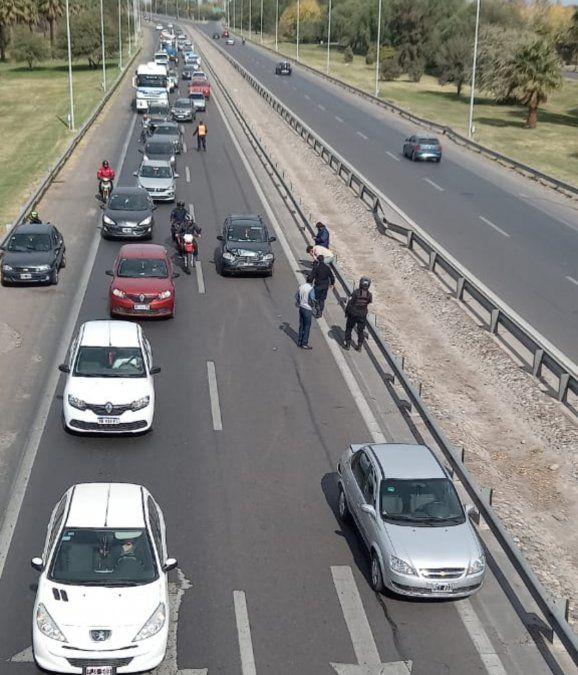 Un choque entre dos auto generó caos vehicular en Circunvalación