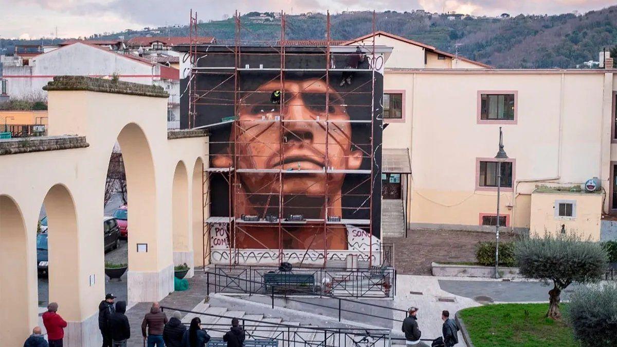 El artista callejero Jorit Ciro Cerullo le dedicó un mural especial a Diego Maradona.