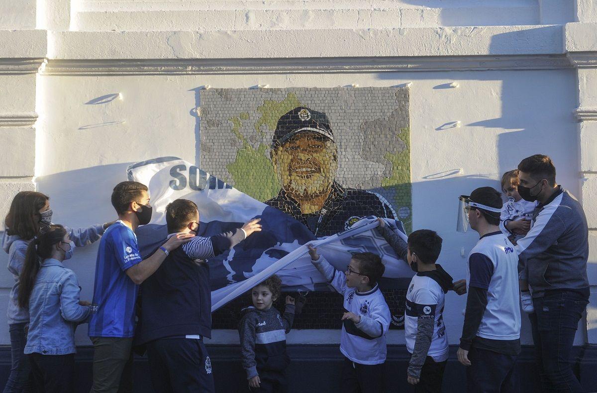 Hinchas de Gimnasia y Esgrima homenajearon a Diego Armando Maradona.