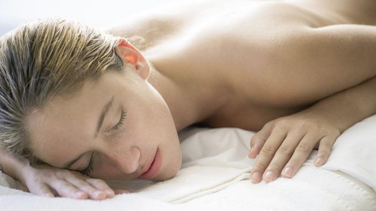 El médico que explica por qué nunca hay que dormir desnudo