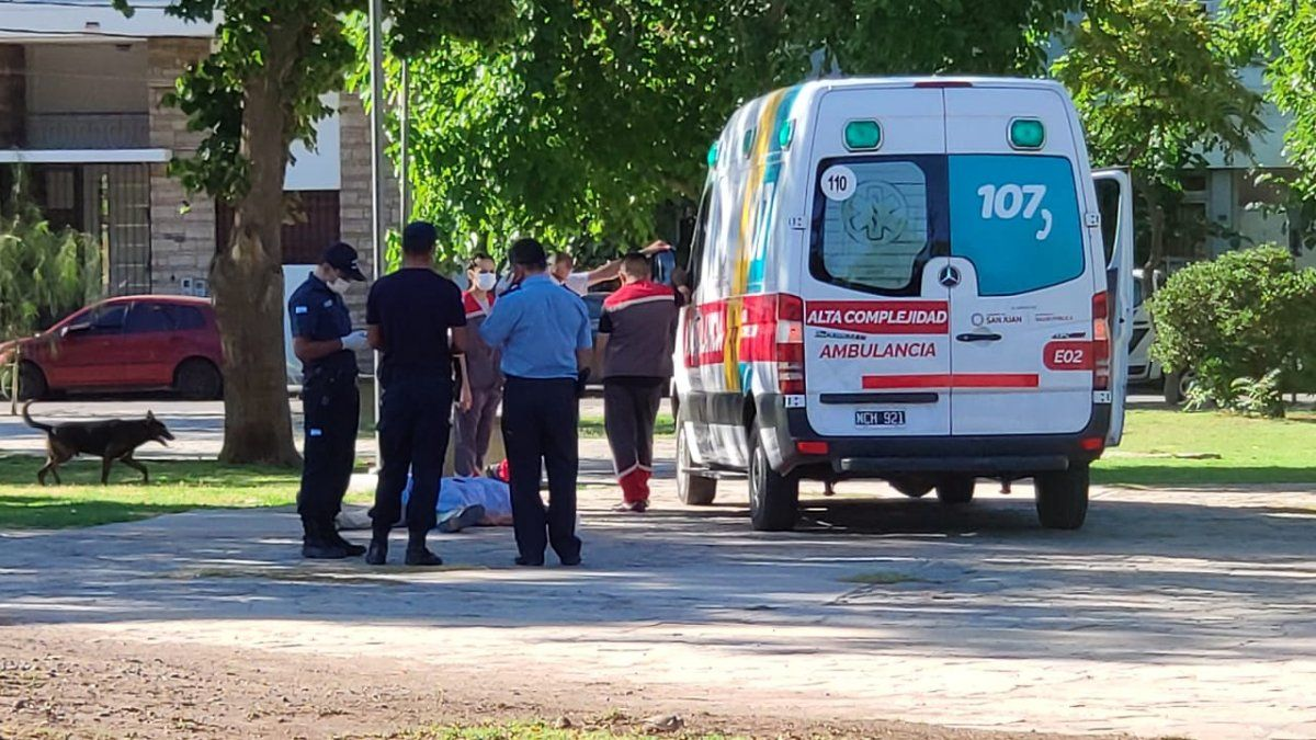 Un hombre murió mientras caminaba por una plaza.