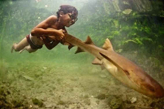 Un miembro de los Bajau mostrando sus habilidades acuáticas. Foto: James Morgan