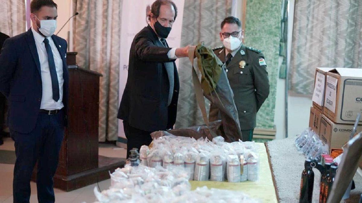 El ministro de Gobierno de Bolivia exhibió documentos y municiones encontradas en los depósitos de la policía.