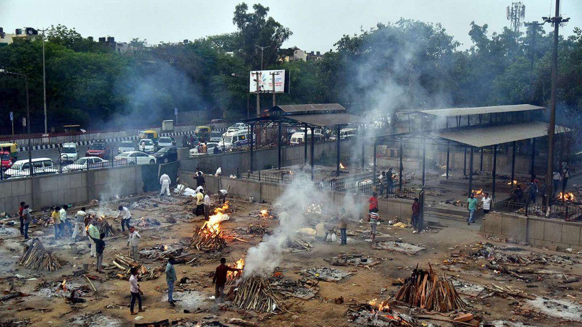 El colapso de crematorios obliga a la quema de cadáveres en los estacionamientos