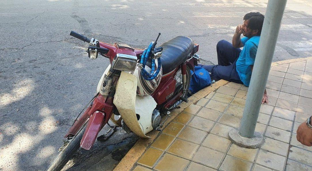 Capital: un auto y una moto colisionaron en una esquina con semáforo