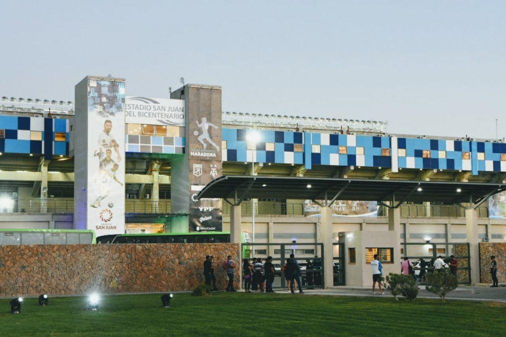 El Bicentenario cambió su aspecto en la previa de la final de la Copa Maradona.