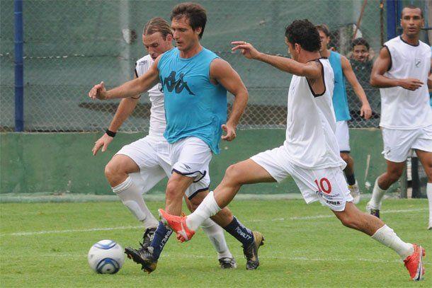 Goleó Gimnasia con gol de Agüero y una gran actuación del Mellizo