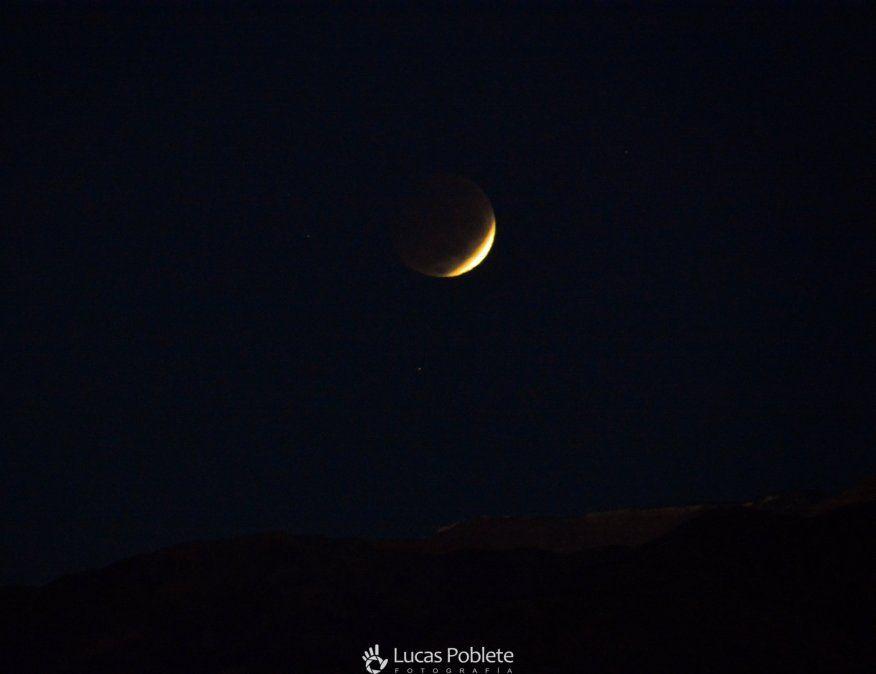 Eclipse lunar en San Juan: foto tomada por Lucas Poblete en Iglesia.