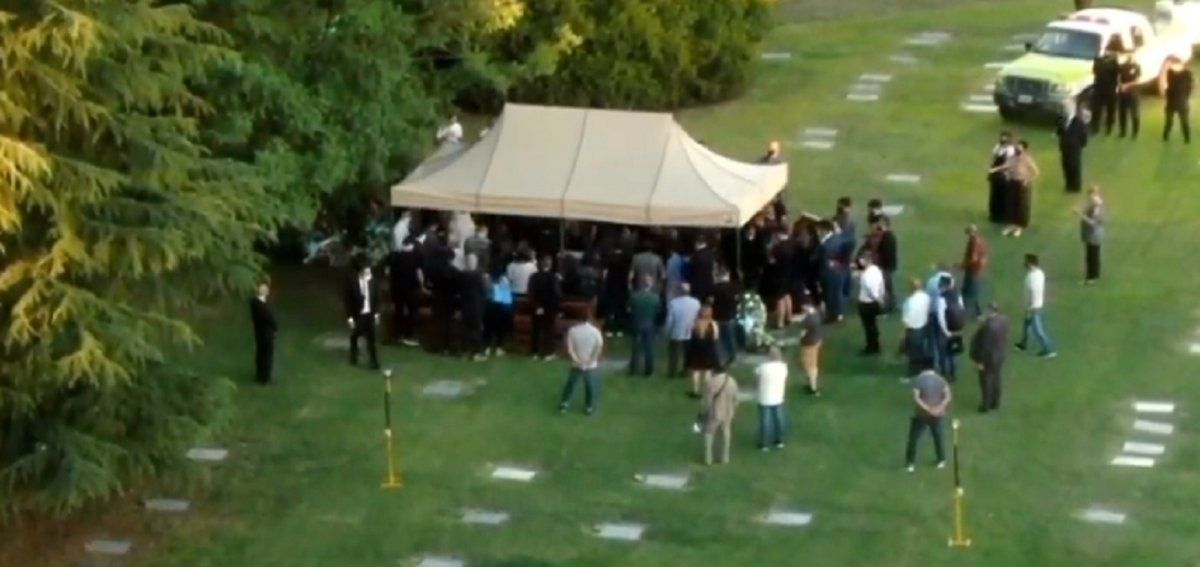 Policías custodian el cementerio donde sepultaron a Maradona