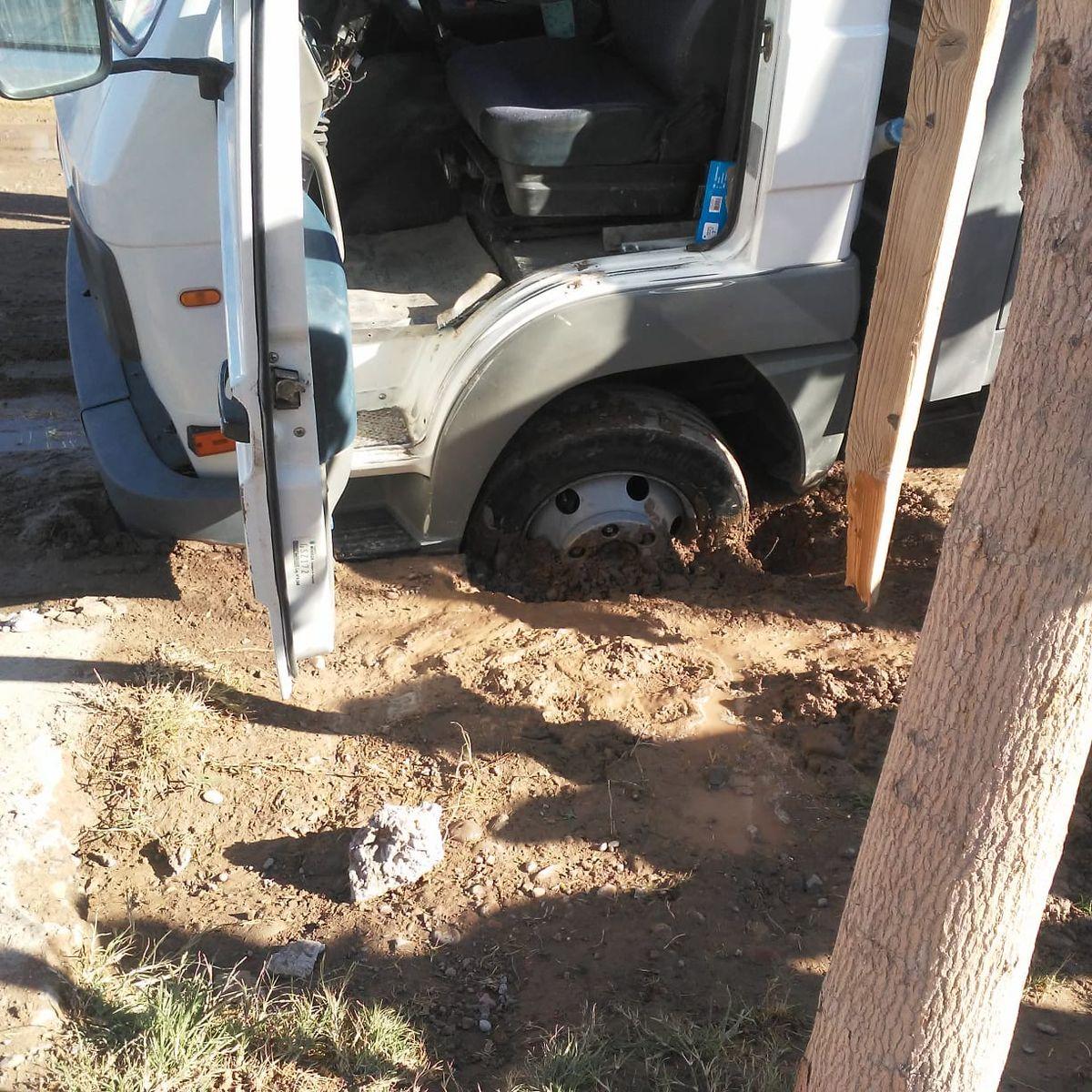 Se enterró en el pantano de una calle provocado por un caño roto