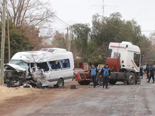 Un choque de una trafic con un camión dejó un muerto y 4 heridos