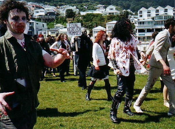 Desde la plaza 25 de Mayo, un grupo de jóvenes hará una caminata disfrazados como zombies