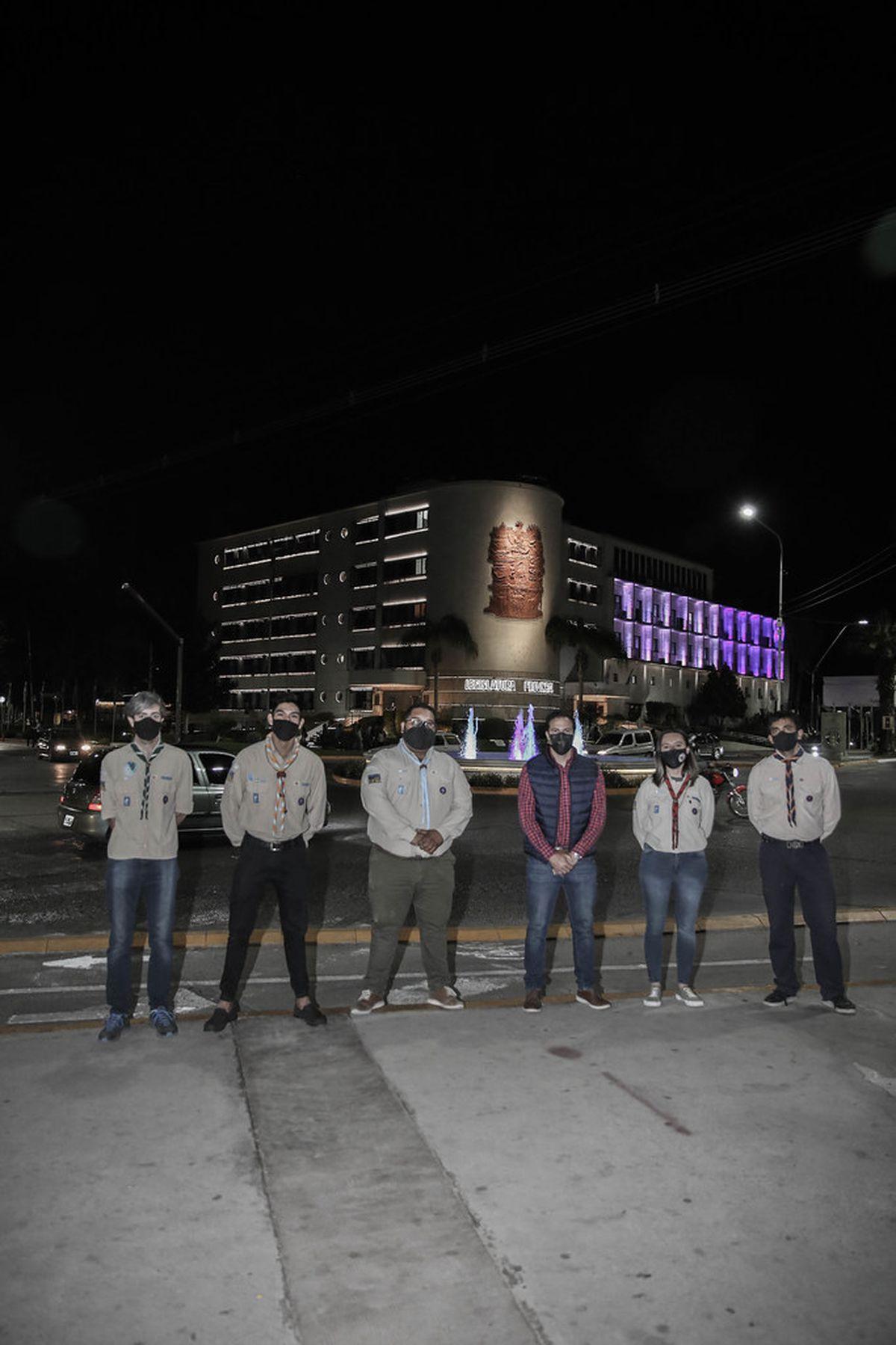 Iluminaron la Legislatura de blanco y violeta por el Día del Scout