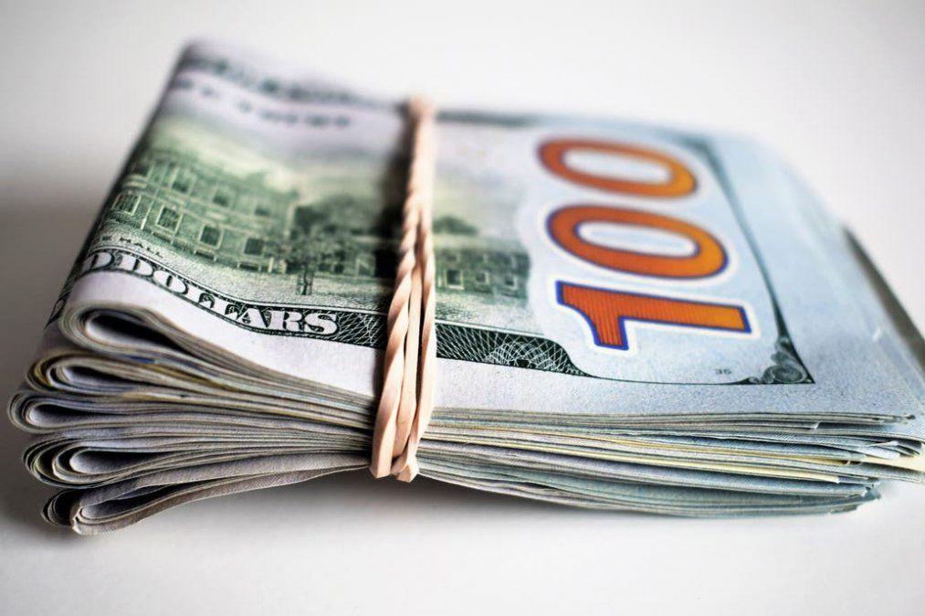 El dólar oficial cerró en alza a $84,95 mientras que el blue se desplomó a $151