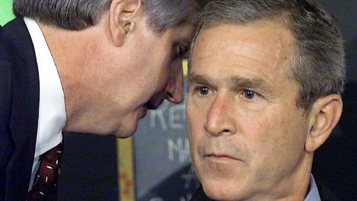 El momento exacto en que Bush se entera del atentado a los Torres Gemelas el 11-S.
