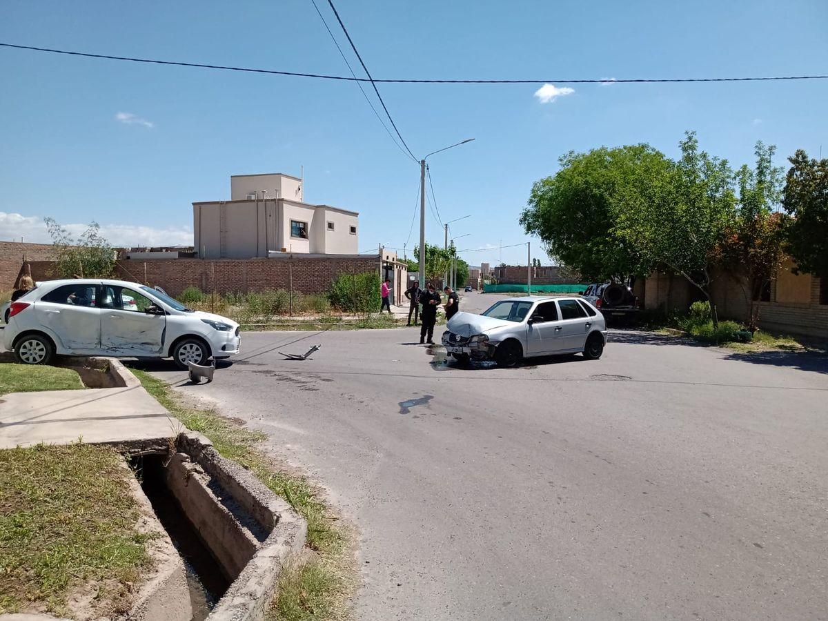 Choque en una esquina de Rivadavia: uno de los autos terminó sobre la acequia