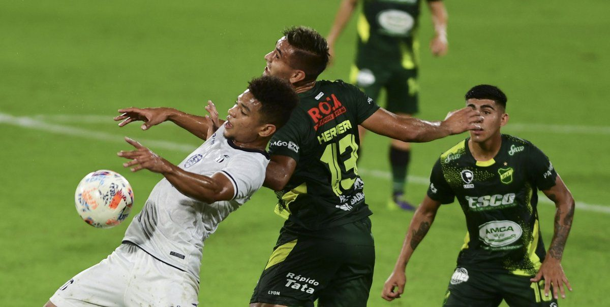 Defensa igualó 2 a 2 con Talleres en Florencio Varela. Foto: Telam.