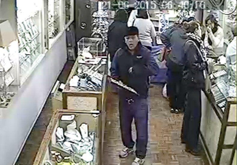 Video: Una cámara de seguridad mostró cómo opera un ladrón dentro de una joyería
