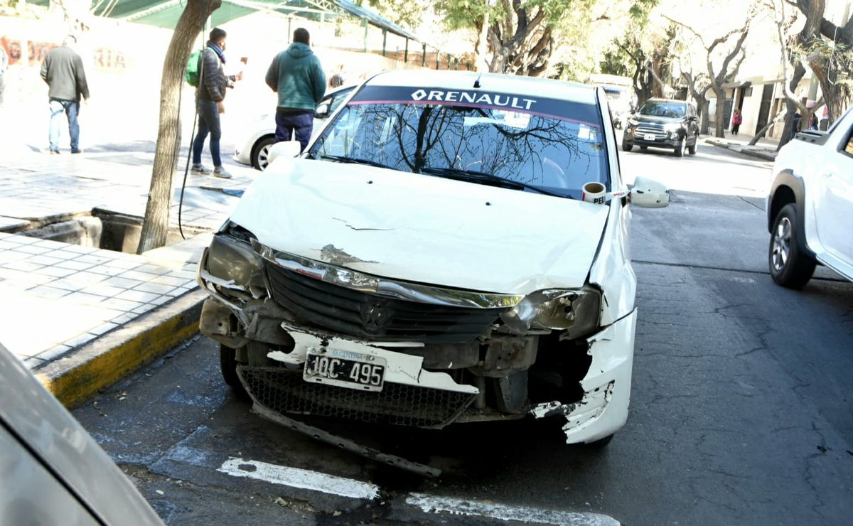 Dos autos impactaron en una esquina sin semáforos
