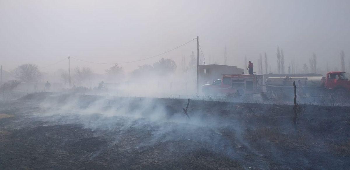 Un incendio de pasturas provocó temor en vecinos de Santa Lucía