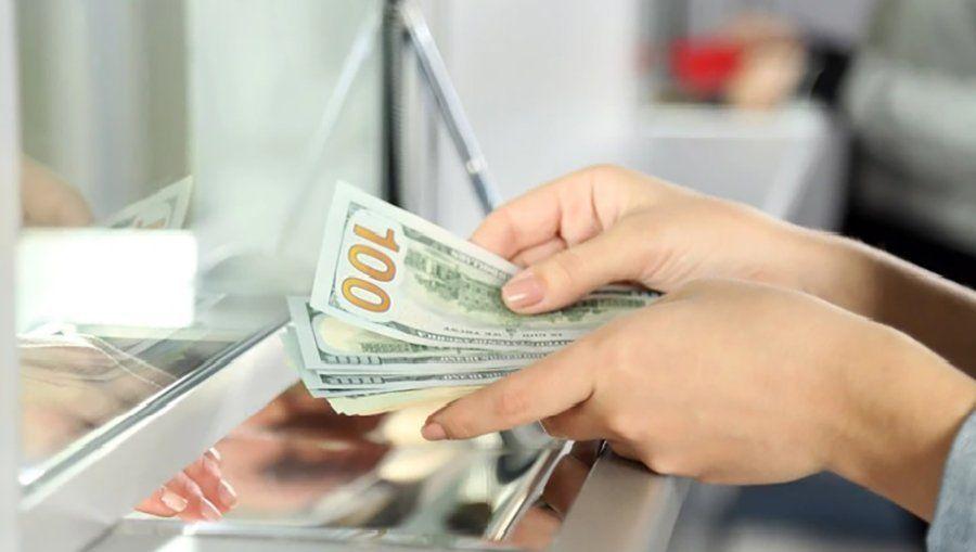 El dólar avanzó un centavo en la semana y cerró a $63,04