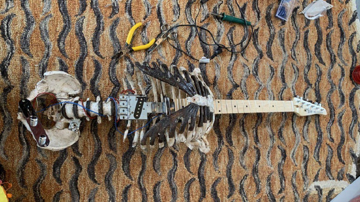 Convirtió el esqueleto de su tío muerto en una guitarra