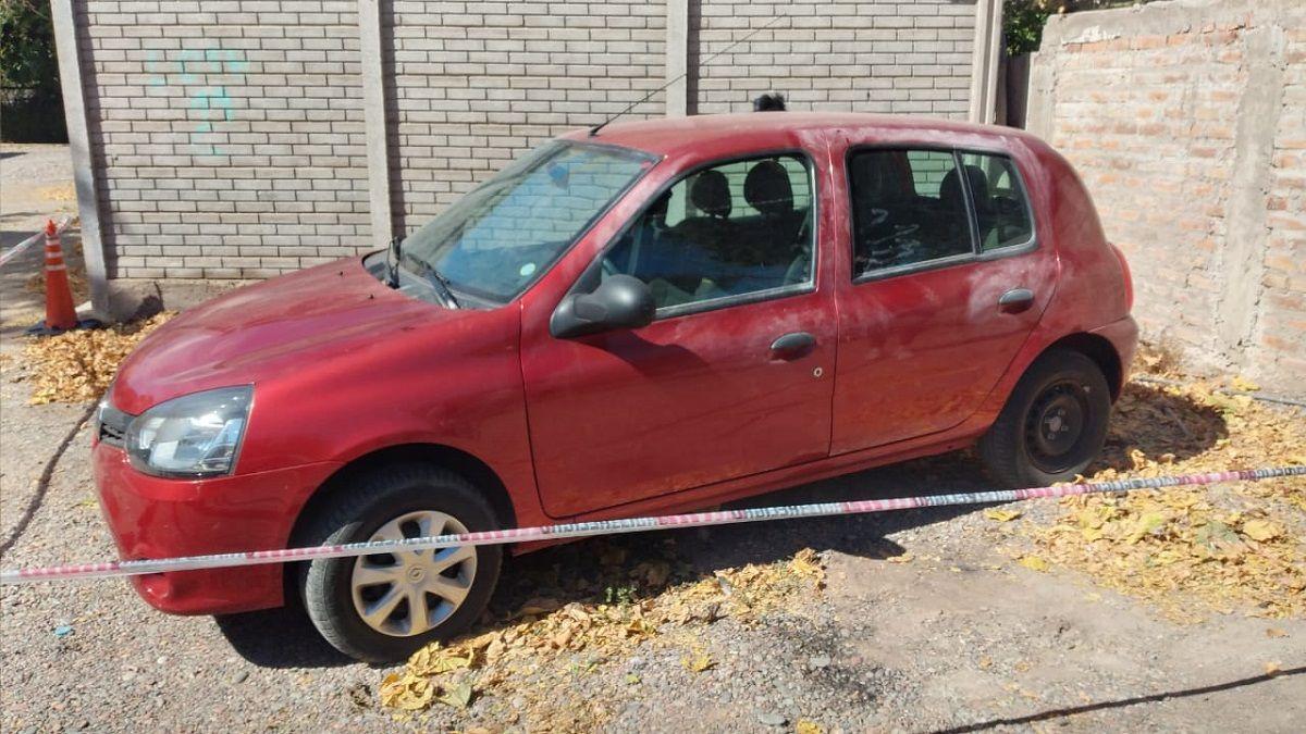 El auto Renault Clio encontrado por la Policía.