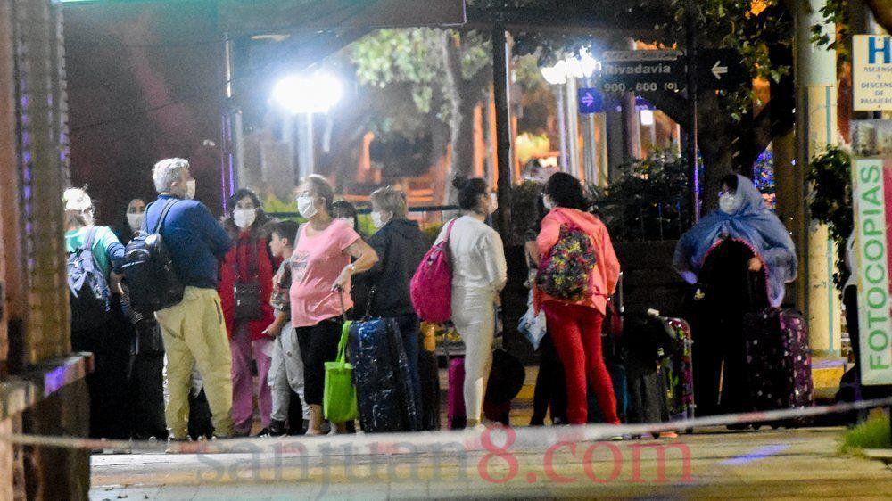 Turistas del exterior: aislamiento de tres días en hoteles y cuatro en domicilios