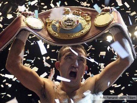 Narváez dio una clase de boxeo y retuvo el título supermosca de la OMB