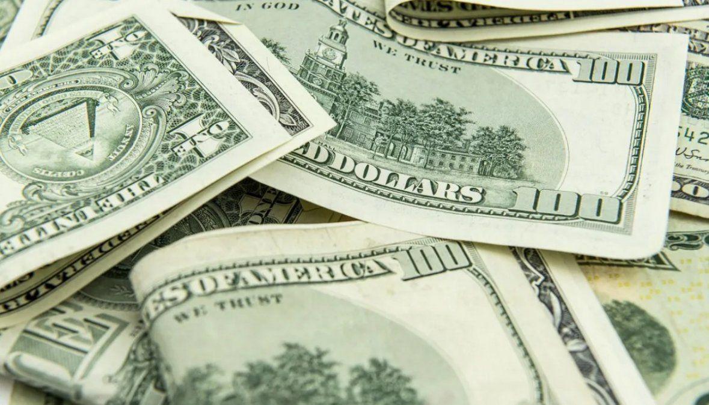 El dólar cerró con una leve baja a $95