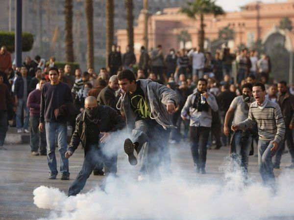Estalla la tensión en Egipto: opositores se enfrentan a seguidores de Mubarak