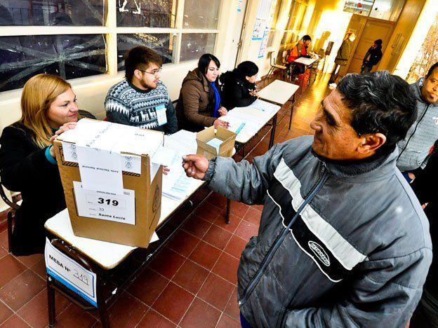 Elecciones primarias: los comicios se iniciaron con quejas por falta de listas en algunas mesas