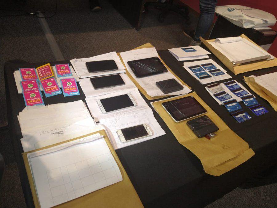 Las tarjetas de débito fueron retenidas por personal policial.