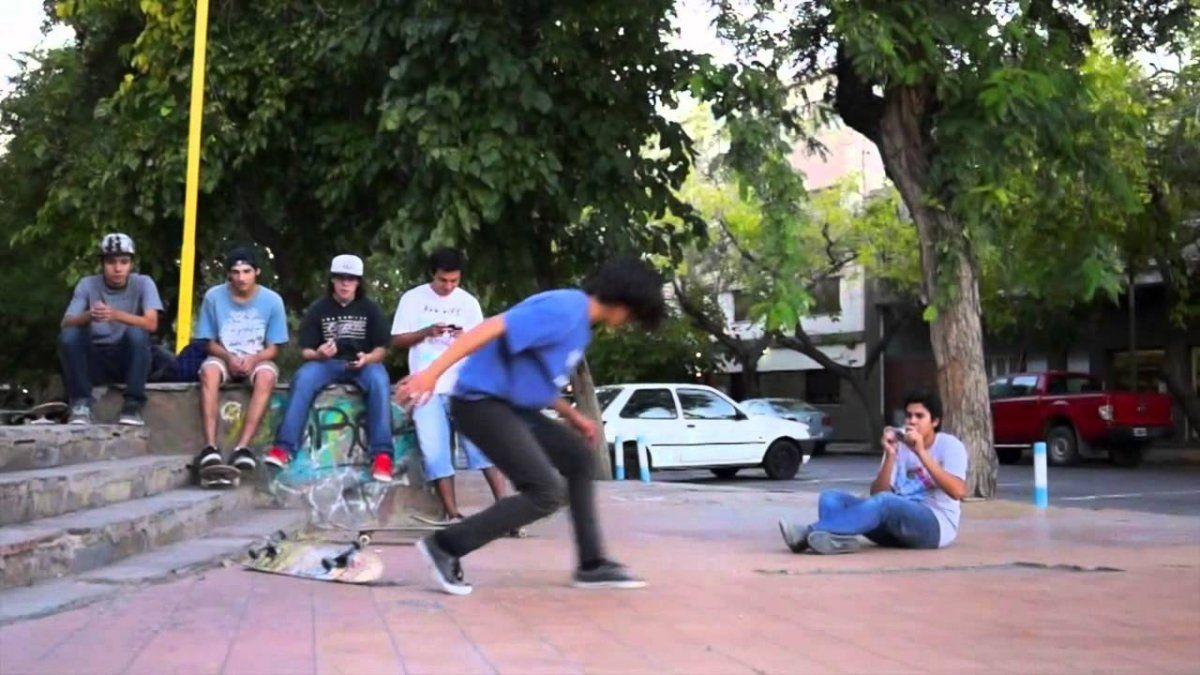 Practicaba skate y le robaron la riñonera: dos detenidos