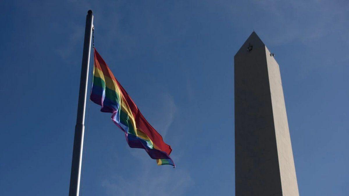 Izaron la bandera del Orgullo Gay junto al Obelisco