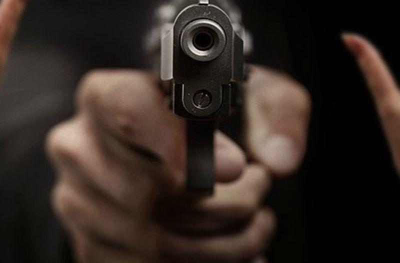 Estaba en la puerta de su casa y recibió un disparo