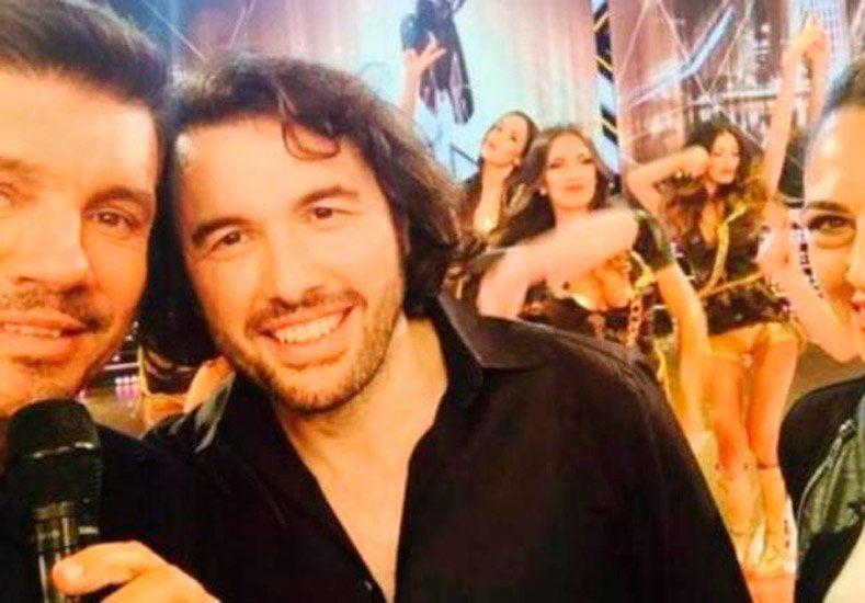 Ergün Demir mostró sus dotes de galán y encaró a dos bailarinas