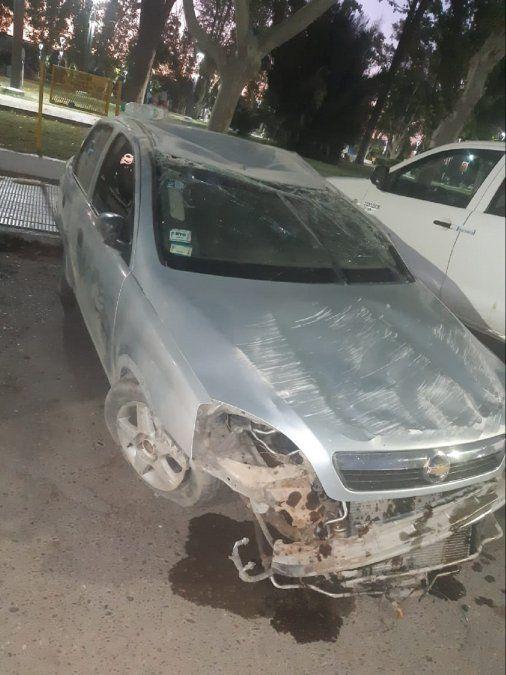 Un auto quedó destrozado por un vuelco.