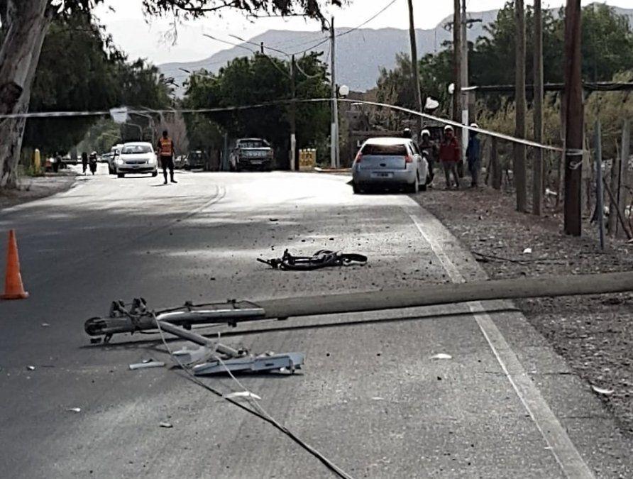 Un ciclista fue embestido por un auto y murió al impactar contra un poste de luz
