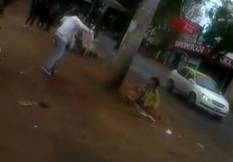 Una mujer agredió a una discapacitada y le dejó tirada en el piso