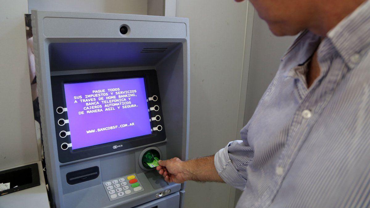 Desde abril, sacar dinero de un cajero automático volverá a tener costo