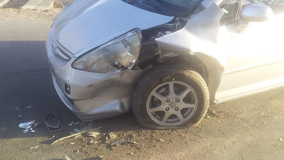 Chocaron dos autos, atropellaron a una joven y uno de ellos se fugó