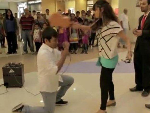 Una chica atacó a su novio luego de que le propusiera casamiento